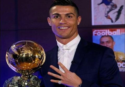 Cristiano Ronaldo khoe anh gianh Qua bong vang 2016 hinh anh