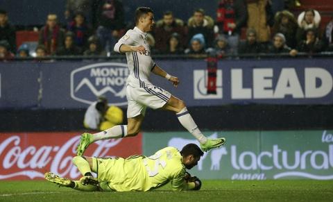 Ronaldo ghi ban giup Real duy tri loi the truoc Barca hinh anh 3