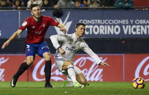 Ronaldo ghi ban giup Real duy tri loi the truoc Barca hinh anh 2