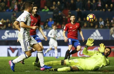 Ronaldo ghi ban giup Real duy tri loi the truoc Barca hinh anh 8