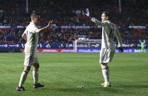 Ronaldo ghi ban giup Real duy tri loi the truoc Barca hinh anh 9