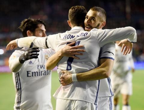 Ronaldo ghi ban giup Real duy tri loi the truoc Barca hinh anh 5