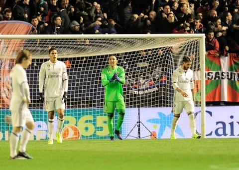 Ronaldo ghi ban giup Real duy tri loi the truoc Barca hinh anh 6