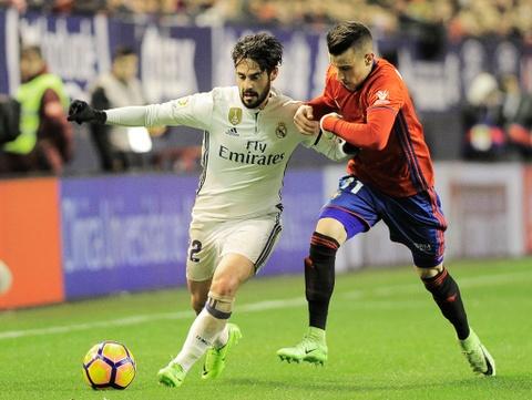 Ronaldo ghi ban giup Real duy tri loi the truoc Barca hinh anh 4