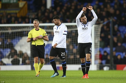 Rooney va dong doi thua 1-5, bi loai khoi Europa League hinh anh 3