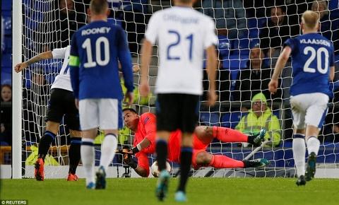 Rooney va dong doi thua 1-5, bi loai khoi Europa League hinh anh 4