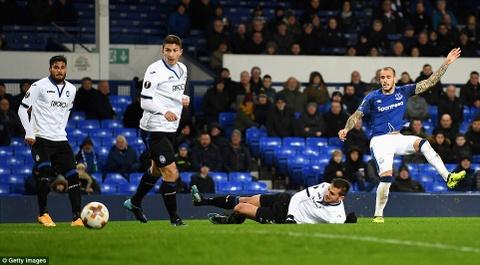 Rooney va dong doi thua 1-5, bi loai khoi Europa League hinh anh 6
