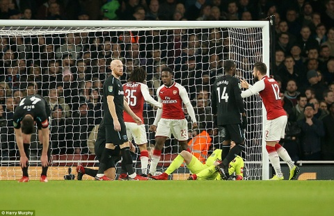 Welbeck ghi ban duy nhat, dua Arsenal vao ban ket League Cup hinh anh 9
