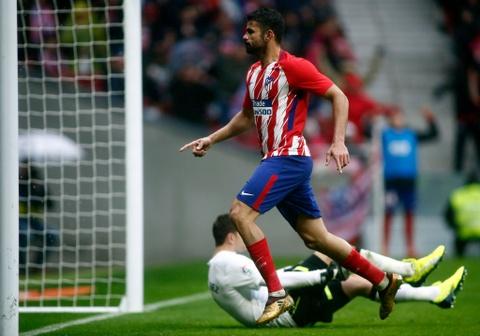 Diego Costa ghi ban va nhan the do trong tran Atletico thang 2-0 hinh anh 10