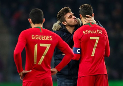 Co dong vien qua khich lao vao san om, hon Ronaldo hinh anh