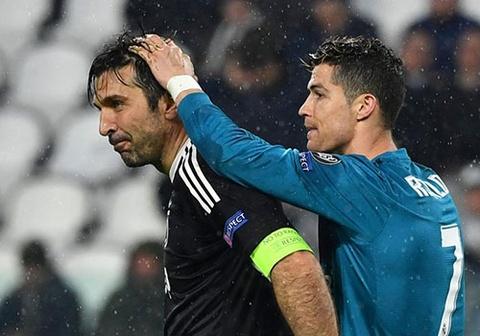 Buffon mang ao cua Ronaldo ve nha vi nguong mo doi thu hinh anh
