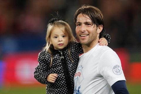 Dan sao PSG cung be con an mung chuc VD Ligue 1 som hinh anh
