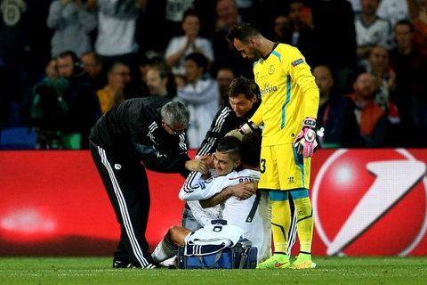 Fan cuong om hon Ronaldo trong tran tranh Sieu cup hinh anh