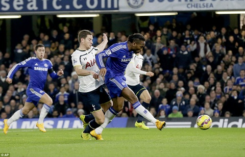 Drogba toa sang ruc ro giup Chelsea ha guc Tottenham 3-0 hinh anh