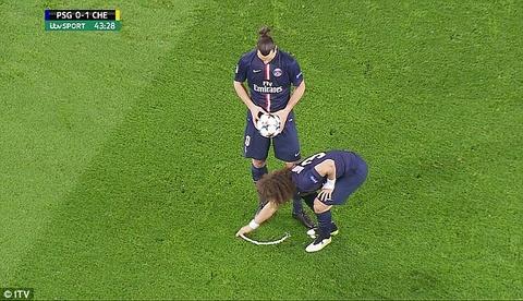 David Luiz gio tro gian lan nham giup Ibra ghi ban hinh anh