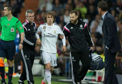 'Modric chan thuong vi vat kiet suc cho Ancelotti' hinh anh