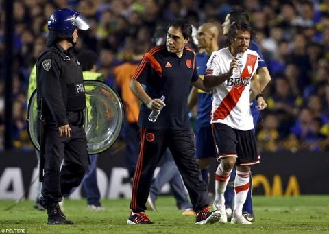 Cau thu River Plate bi fan Boca tan cong bang hoi cay hinh anh