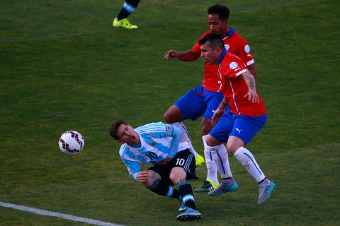 Messi bi cau thu Chile da thang vao bung hinh anh