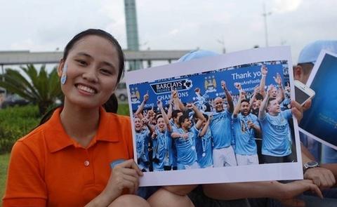 Nguoi ham mo Viet Nam don Man City tai san bay hinh anh