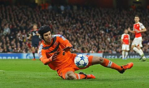 Diem tin 21/10: Petr Cech ke cong trong tran thang Bayern hinh anh