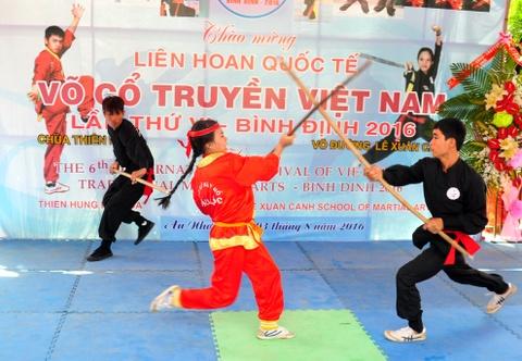 Nguoi Viet thich thu xem cac 'ong Tay' mua vo Binh Dinh hinh anh 10