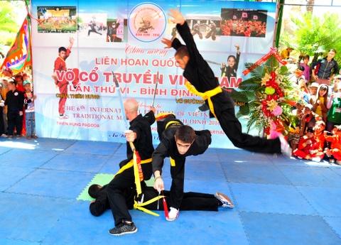 Nguoi Viet thich thu xem cac 'ong Tay' mua vo Binh Dinh hinh anh 9