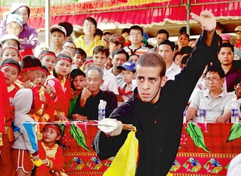 Nguoi Viet thich thu xem cac 'ong Tay' mua vo Binh Dinh hinh anh 6