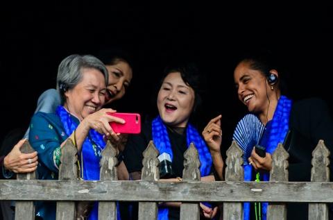 Phu nhan lanh dao cap cao APEC selfie o Hoi An hinh anh
