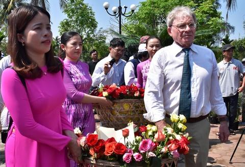 Hoa sen, hoa hong cau nguyen cho nan nhan vu tham sat My Lai hinh anh