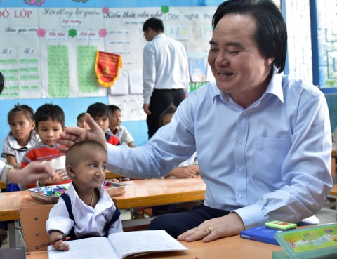 Bo truong Phung Xuan Nha xuc dong khi gap be ti hon Quang Ngai hinh anh