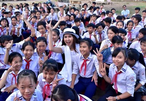 Hoc sinh Quang Ngai vo oa niem vui giao luu voi dien vien Minh Thu hinh anh