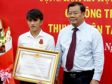 Tang huan chuong dung cam cho ngu dan Quang Ngai cuu nguoi hinh anh
