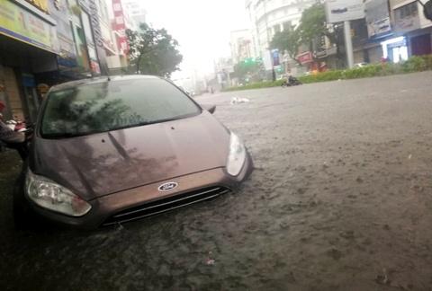 Toyota, Mercedes troi dat tren duong ngap nuoc o Da Nang hinh anh 12