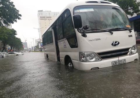 Toyota, Mercedes troi dat tren duong ngap nuoc o Da Nang hinh anh 7