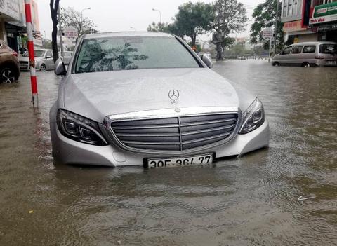 Toyota, Mercedes trôi dạt trên đường ngập nước ở Đà Nẵng