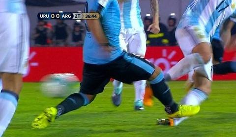 Pha vao bong nguy hiem cua Suarez hinh anh