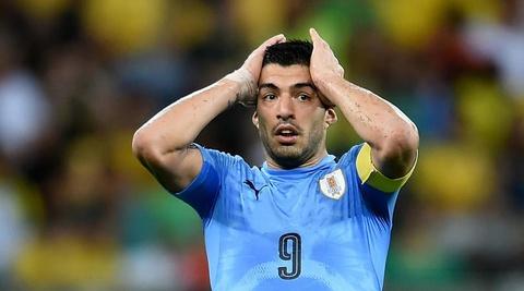 Suarez thoat an sau pha pham loi nguy hiem voi Otamendi hinh anh