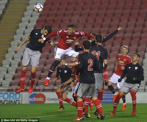 Mat Phil Jones, Mourinho lap tuc co nguoi thay the hinh anh