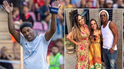 Ronaldinho cung luc ket hon voi 2 nguoi phu nu hinh anh