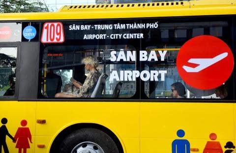 Can canh xe buyt 5 sao tren duong pho Sai Gon hinh anh
