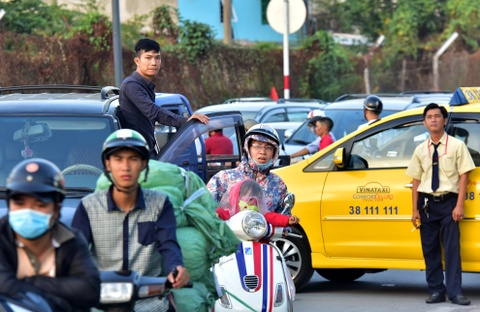 Ket xe, nhieu nguoi chay bo toi san bay Tan Son Nhat hinh anh 9