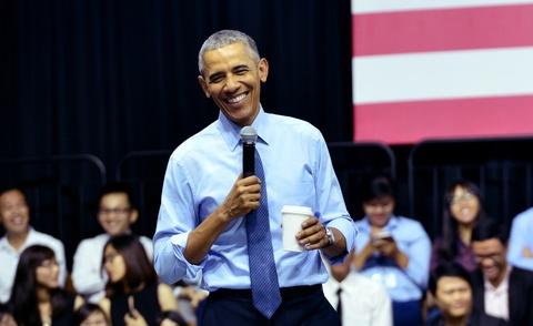 Obama coi ao vest, xan tay ao tro chuyen cung ban tre Viet hinh anh