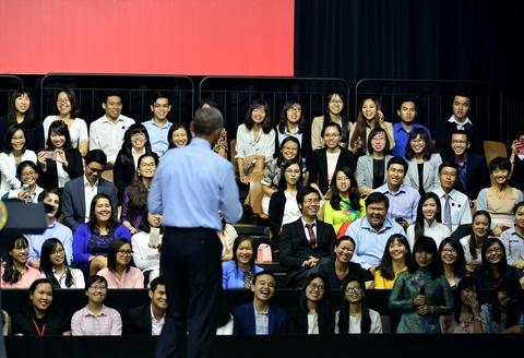 Obama coi ao vest, xan tay ao tro chuyen cung ban tre Viet hinh anh 11