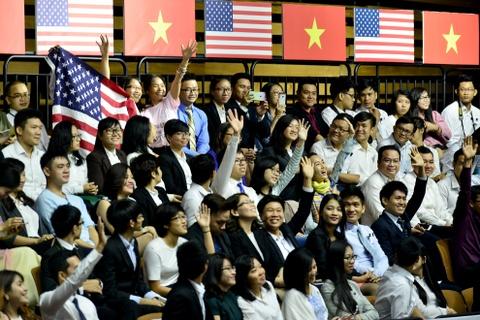 Obama coi ao vest, xan tay ao tro chuyen cung ban tre Viet hinh anh 12