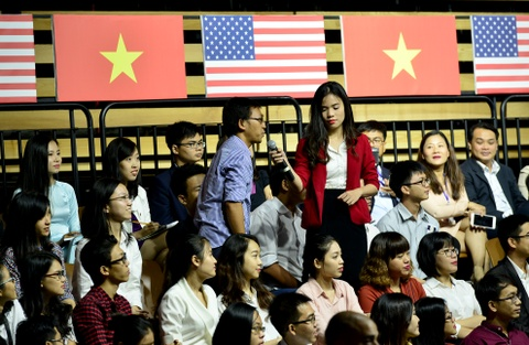 Obama coi ao vest, xan tay ao tro chuyen cung ban tre Viet hinh anh 13