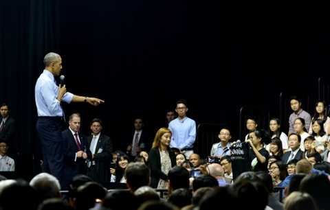 Obama coi ao vest, xan tay ao tro chuyen cung ban tre Viet hinh anh 15