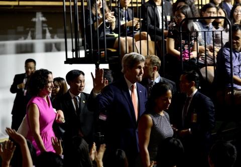 Obama coi ao vest, xan tay ao tro chuyen cung ban tre Viet hinh anh 2
