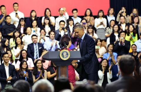 Obama coi ao vest, xan tay ao tro chuyen cung ban tre Viet hinh anh 4