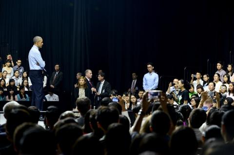 Obama coi ao vest, xan tay ao tro chuyen cung ban tre Viet hinh anh 8