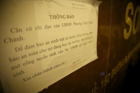 Phu huynh Sai Gon ngu via he cho nop ho so xin hoc cho con hinh anh 2